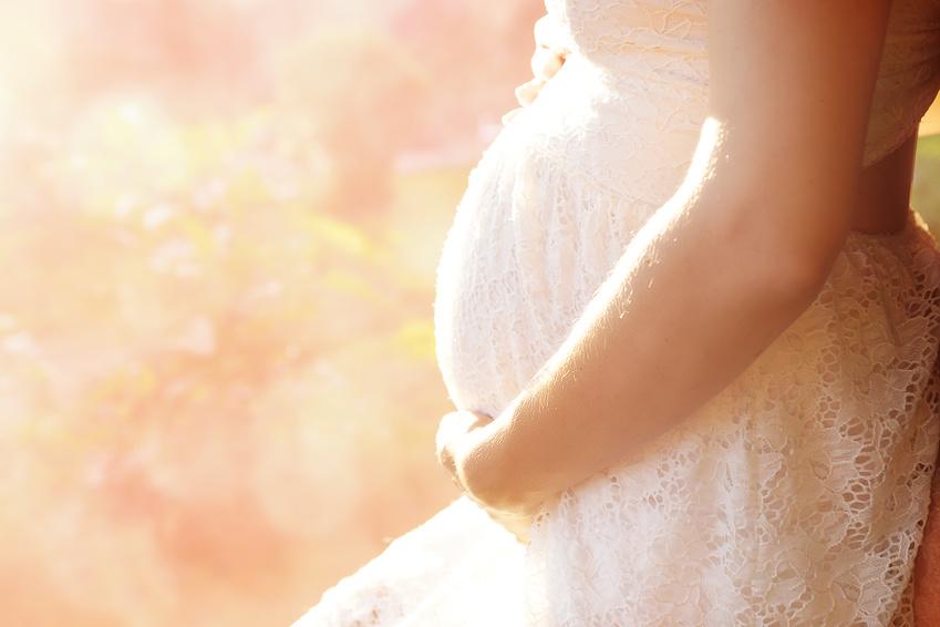 schwangere Frau im weien Kleid